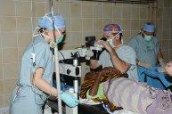 okulista podczas zabiegu