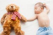 zdjęcie dziecka i maskotki